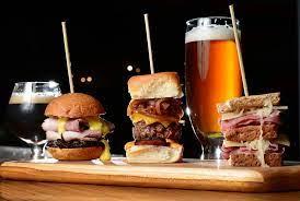 cerveza ambar y hamburguesas