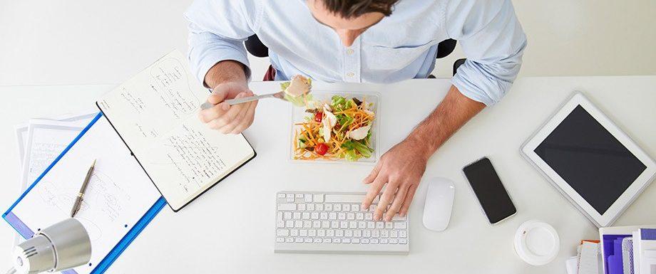 hombre comiendo en la oficina